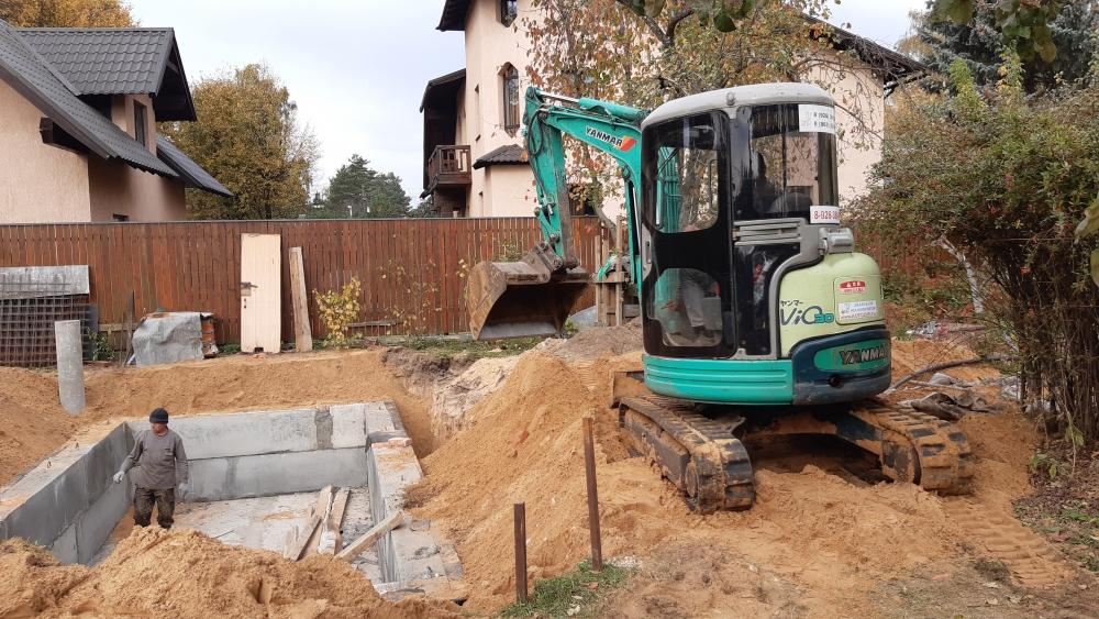 Мини экскаватор с навесным оборудованием: ковш планировочный. Подсыпаем грунт и выравниваем поверхность рядом с котлованом.